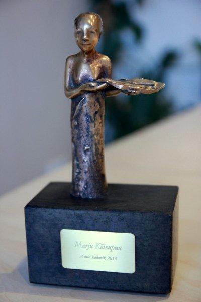 """Aasta kodaniku auhind on Reti Saksa skulptuur """"Ühiskonna õis"""". Eelmisel aastal pälvis selle filoloog, folklorist ja kultuuripärandi aasta saadik Marju Kõivupuu."""