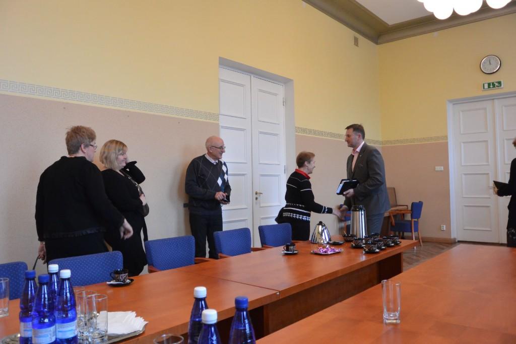 Viljandi maavanem Erich Palm (paremal) külalisi ära saatmas