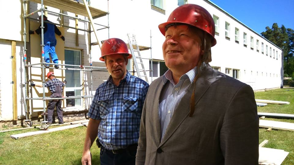 Värska sanatooriumi haldusjuht Kalju Rahuelu ja juhataja Vello Saar tutvuvad ravila rekonstrueerimistööde algusega Foto: Igor Taro