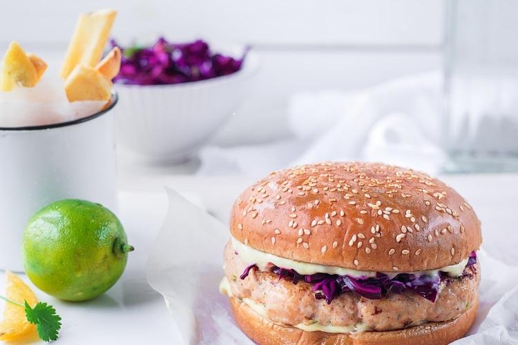 Sügisene retseptisoovitus! Aasiapärase vimkaga kanaburger punase kapsa salatiga