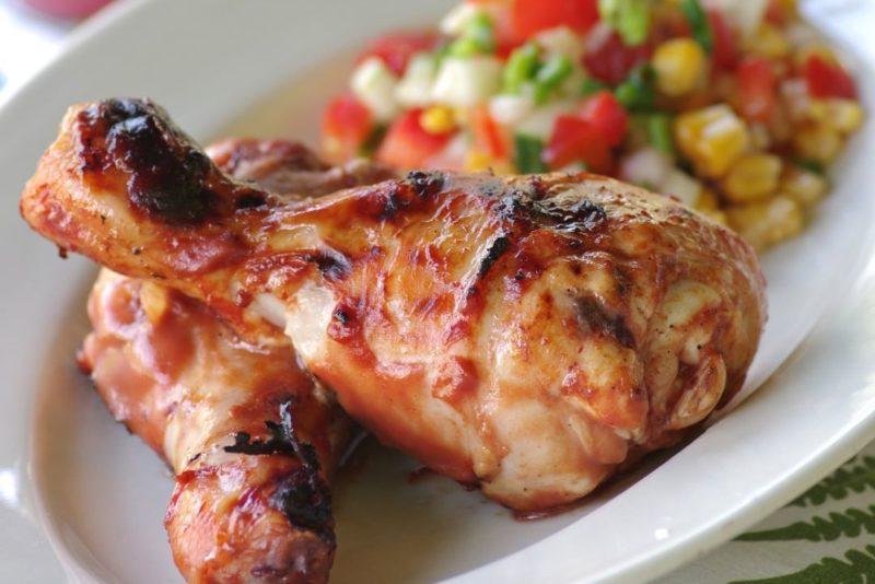 Jaaniretsept: Hõrgus tomatikastmes kanakoivad maitsva grillmaisi salatiga