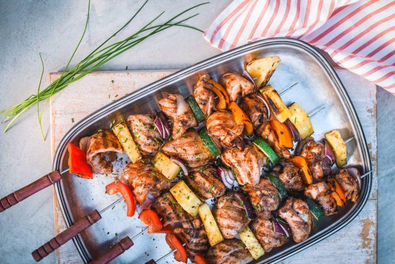 Tervislik suvegrill: valgurohked kanavardad magusa ananassi ja särtsakate köögiviljadega