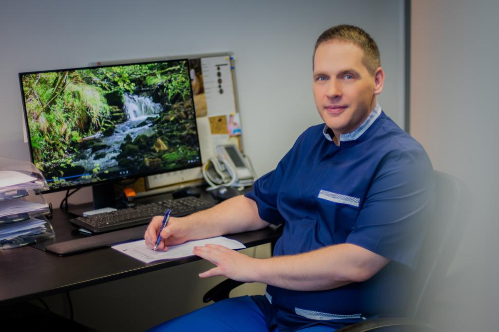 Kiropraktik Priit Kõrve jagab nõuandeid ergonoomilise keskkonna loomiseks kodukontoris